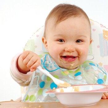 mama yiyen mutlu bebek