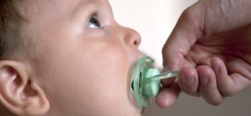 emzik verilen bebek