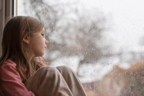 camdan dışarı izleyen çocuk