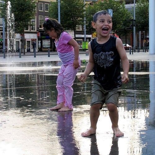 suda oynayan kardeşler