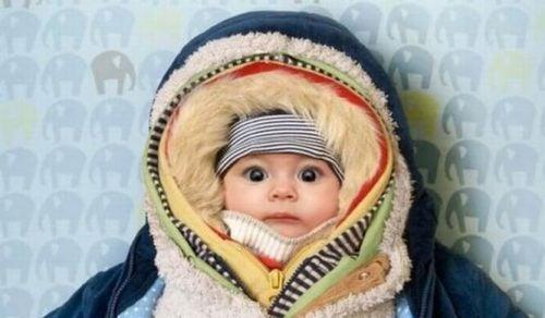 sımsıkı giydirilmiş bebek