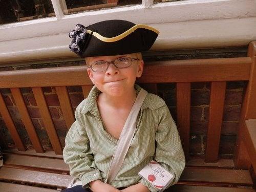 korsan şapkasıyla erkek çocuk