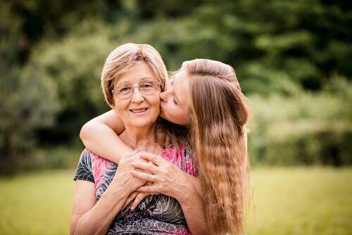 büyükannesini öpen kız