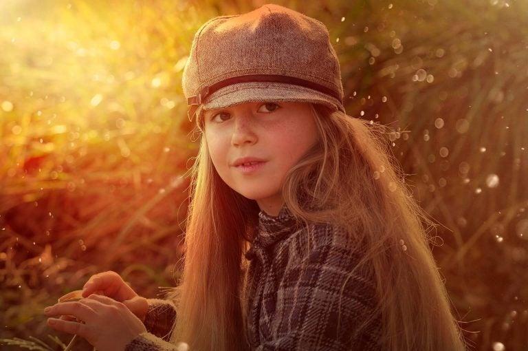 şapkalı kız çocuğu