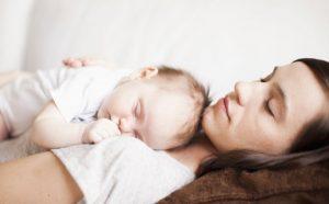 bebeğiyle uyuyan anne