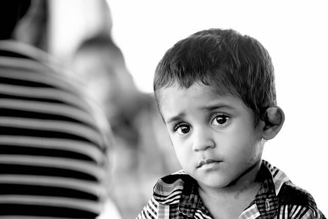 siyah beyaz üzgün çocuk