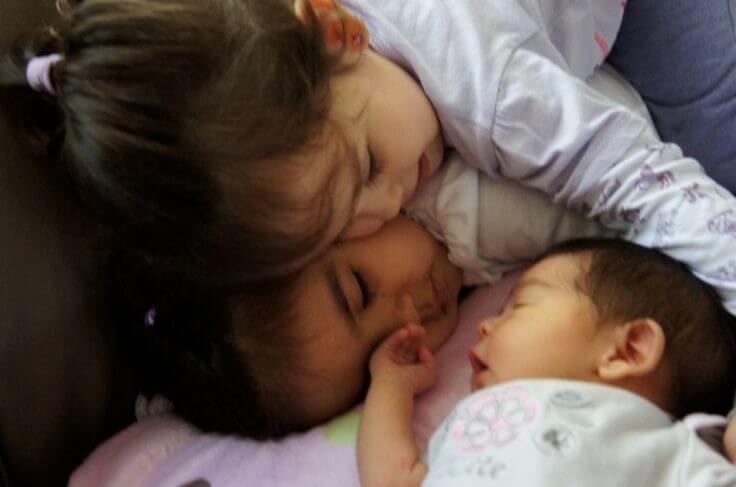 Yeni Doğan Kardeşini Kıskanan Çocuğunuza Nasıl Yaklaşmanız Gerekir