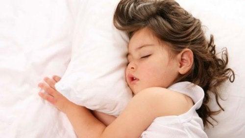 yastığa sarılmış uyuyan çocuk