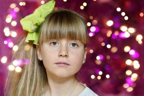 yeşil tokalı kız çocuk