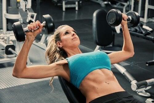 sporda ağırlık kaldıran kadın