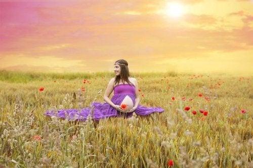 mor elbiseli hamile kadın