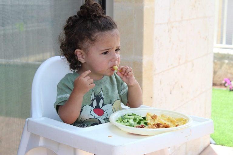makarna yiyen çocuk