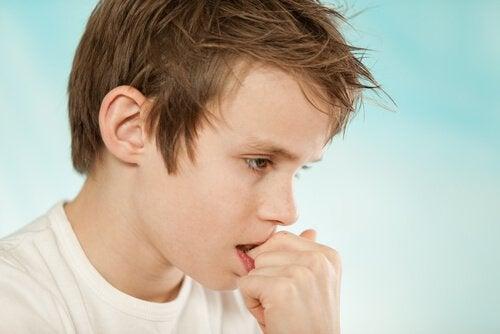 tırnaklarını yiyen erkek çocuk