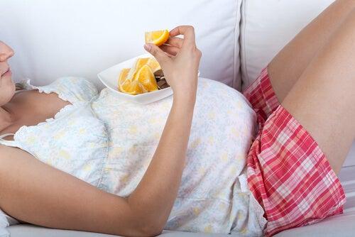 portakal yiyen gebe kadın