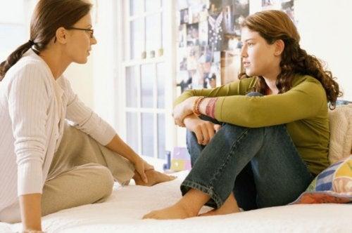 kızıyla konuşan anne