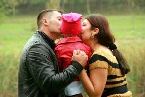 kızlarını öpen ebeveynler
