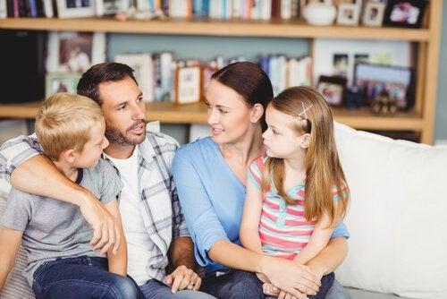 çocuklarıyla konuşan ebeveynler