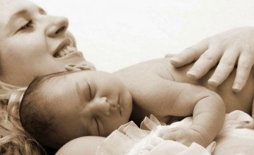 anne bebeği kucaklıyor