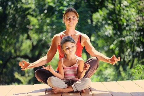 çocuğuyla yoga yapan kadın