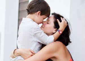 anne oğlunu kucaklıyor