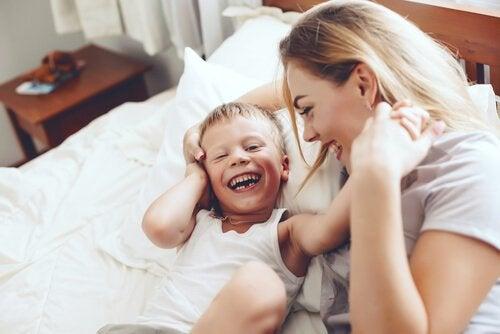 oğluyla oynayan sarışın anne