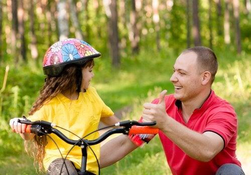 bisiklete binen kız ve babası