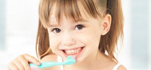 dişini fırçalayan kız çocuk
