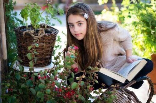 Behçede Çiçekler İçindeki Kız