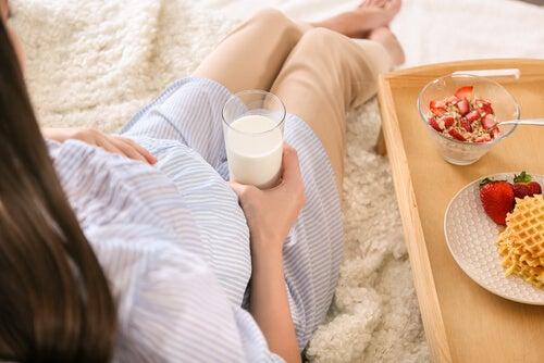 süt içen hamile kadın