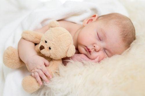 ayısıyla uyuyan bebek
