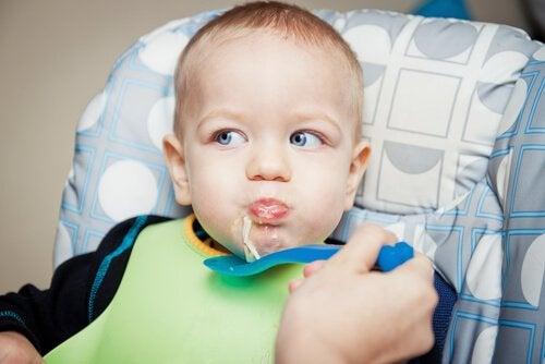 yemek yiyen bebek