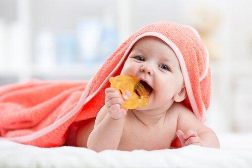 ağzında oyuncağı ile bebeği