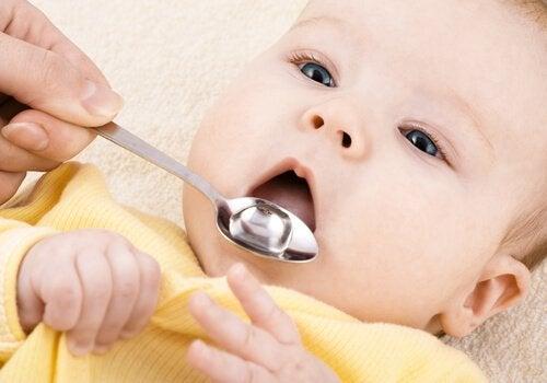 kaşık ve ağzını açmış bebek