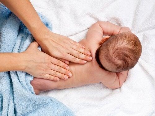 Bebeklere Masaj Yapmanın 12 Faydası