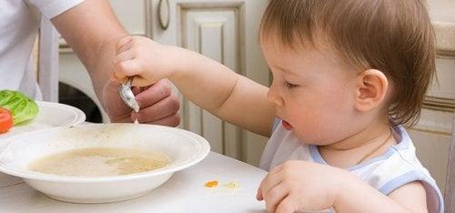 çorba içen çocuk