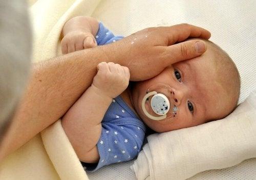 yenidoğan ve babasının eli