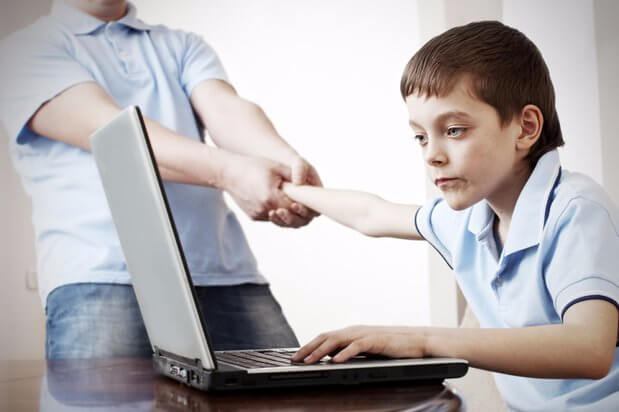 bilgisayar başında çocuk