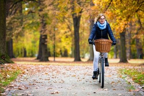 bisiklete binen anne