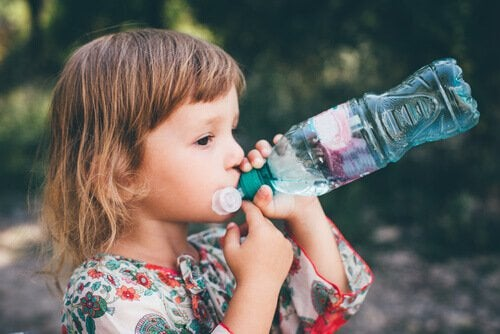 pet şişeden su içen kız