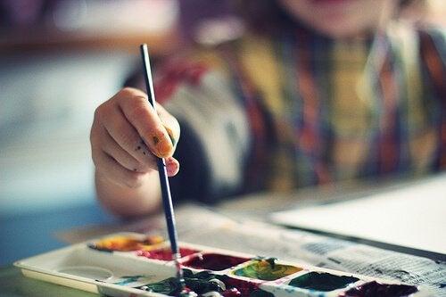sulu boya yapan çocuk