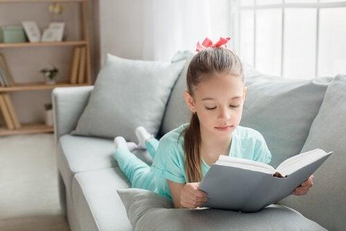 kitap okuyan kız çocuk