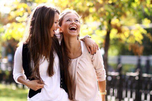 iki kız birlikte gülerken