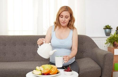meyve yiyen gebe kadın