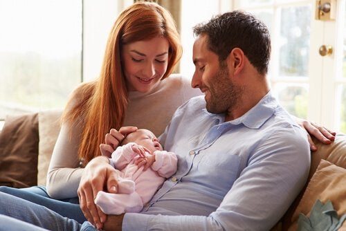 yenidoğanlarıyla beraber bir aile