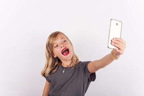 selfie çeken kız çocuk