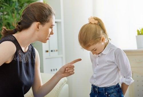 çocuğuna kızan anne