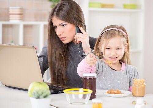 meşgul anne ve kızı