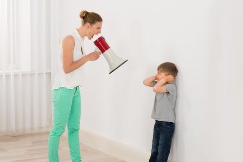 oğluna bağıran anne