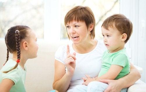 çocuklarıyla konuşan anne
