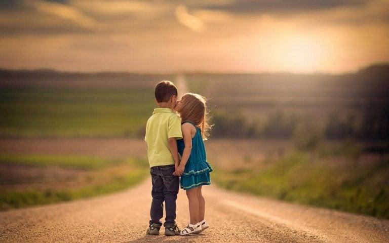 arkadaşını öpen çocuk